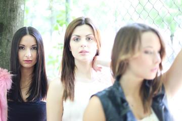 drei hübsche und junge Mädchen hintereinander