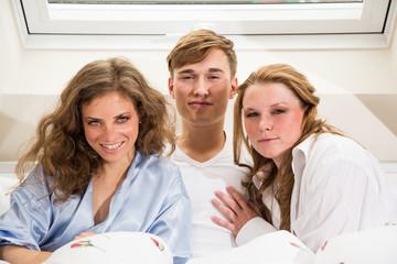 Junger Mann mit zwei Frauen