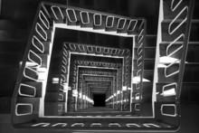 Spiralne schody widok z góry czarno-białe zdjęcie