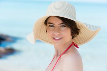 schöne frau mit sonnenhut am strand