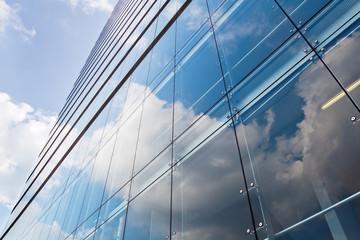 Hochhausfassade mit Spiegelungen
