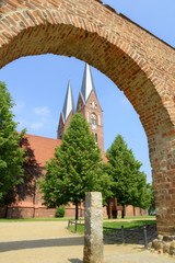 Alte Stadtmauer mit Kirche Sankt Trinititas (Neuruppin)