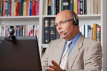Mann spricht mit Kunden per Internet