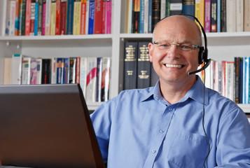 Lachender Mann mit Headset