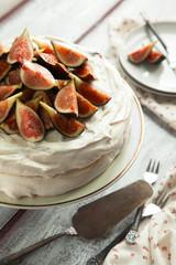 Meringue cake with fresh figs