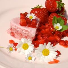 leckeres Eis mit Erdbeeren