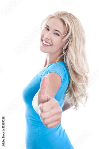 Lachende blonde junge Frau isoliert mit Shirt türkis