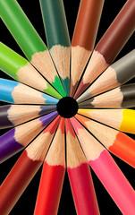 crayons de couleurs sur fond noir