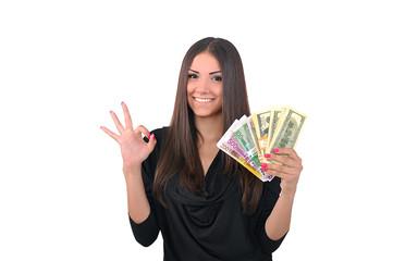 девушка с деньгами показывает, что всё ок