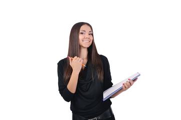 девушка улыбается и держит в руках папку с бумагами и ручку