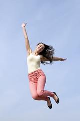 glückliche Frau macht Luftsprung