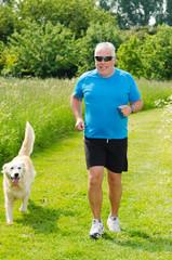 senior jogger mit hund