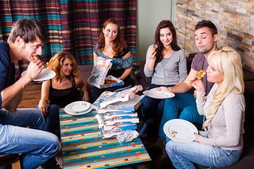 6 Freunde beim Pizza essen