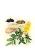 Olivenölflasche mit Oliven und Zweig