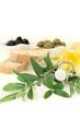 Olivenölflasche mit Oliven