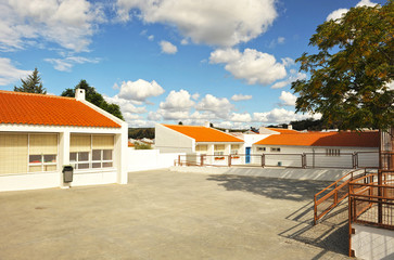 Escuela de primaria, aulas y patio