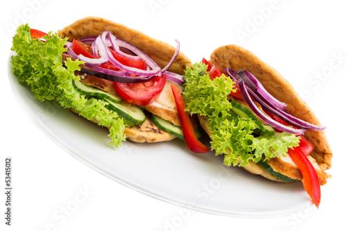 zwei Wraps mit Salat und Huhn
