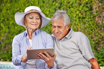 Zwei Senioren mit Tablet Computer