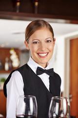 Kellnerin mit Weingläsern im Hotel