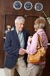 Senioren lernen sich im Hotel kennen