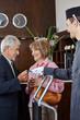 Senioren bekommen von Concierge Schlüsselkarte