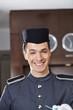Zufriedener Concierge lächelt