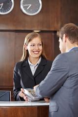 Geschäftsmann bezahlt Hotel mit Kreditkarte