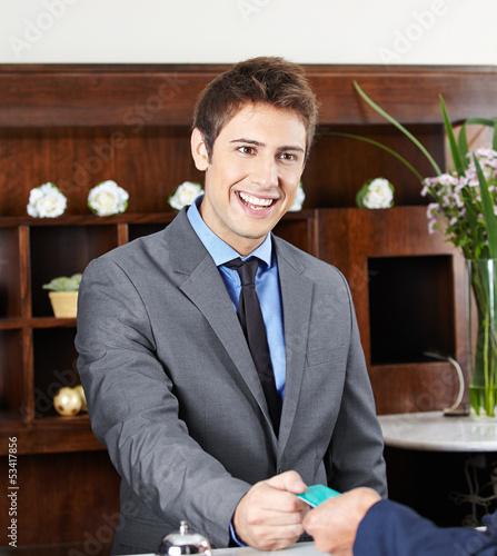 Concierge am Empfang eines Hotels