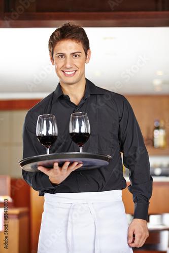 Kellner serviert Wein im Restaurant