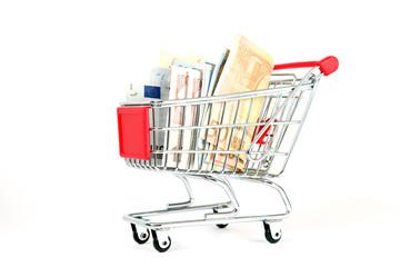 Einkaufswagen mit Geldscheinen auf weiß isoliert