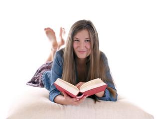 Junges Mädchen liest in Buch