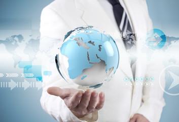 Hombre de negocios y mapa del mundo.Concepto de negocios