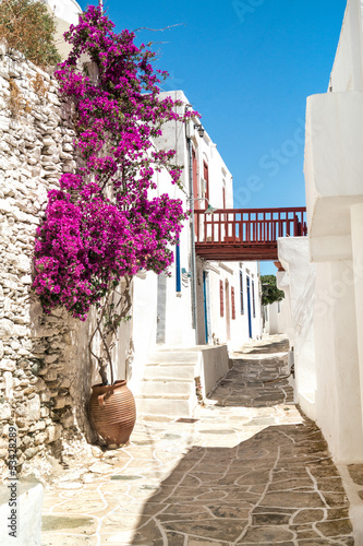 Traditionelle griechische Gasse auf Sifnos-Insel, Griechenland