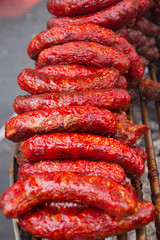 Chorizos o longanizas en parrilla