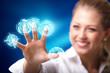 junge Geschäftsfrau mit virtuellem Interface
