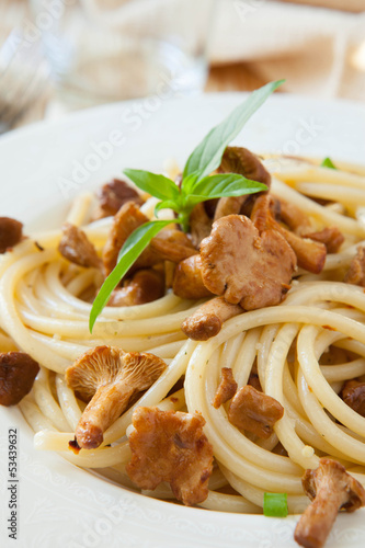 spaghetti with mushrooms and basil