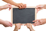Viele Hände halten leere Tafel