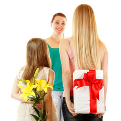 daughters send greetings and presents to mother