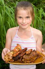 Mädchen mit Grillteller