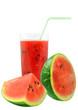 sok arbuzowy i kawałki arbuza na białym tle