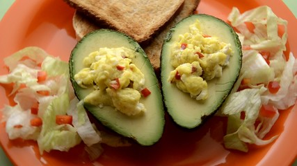 Palta y huevos revueltos Avocado & scrambled egg