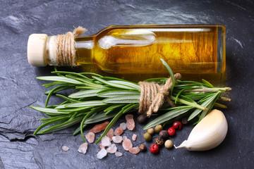 Olivenöl, Kräuter, Gewürze und Knoblauch