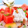 Wassermelone mit Ziegenkäse, thymian, Pinienkernen und Honig