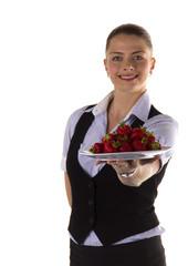 Junge Kellnerin Servicekraft präsentiert Erdbeeren