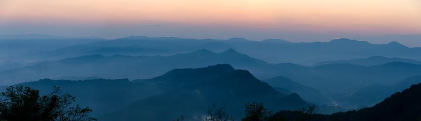panorammica al tramonto sulle montagne di Genova in Italia