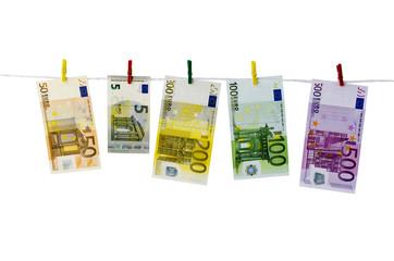 Geld-Euroscheine hängen an Wäscheklammern