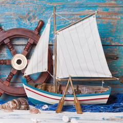 Segelboot oder Fischerboot aus Holz als nautische Dekoration