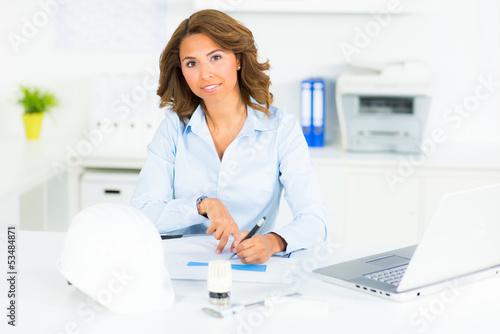 ingenieurin bei der planung eines konzepts