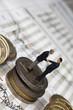 Konzept Investmentbanking mit Geld, Figuren und Kursreihen