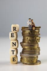 Konzept Rente mit Geld und Figuren
